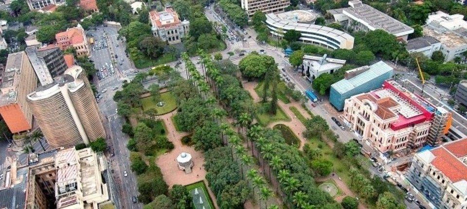 Ato de vandalismo derruba estátua do escritor Murilo Rubião, na Praça da Liberdade, em BH