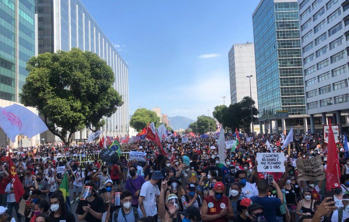 Manifestantes contra Bolsonaro se juntam na Praça da Liberdade