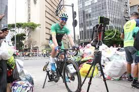 Ciclista recolhe lixo da Praça da Liberdade por voluntariedade